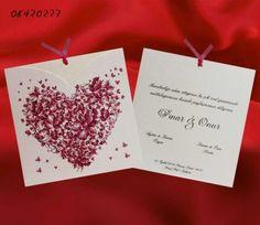 Kelebeklerin oluşturduğu kalp imajının bulunduğu kare şeklindeki en güzel davetiye modellerinden, nişan ve düğün davetiyesi modeli.