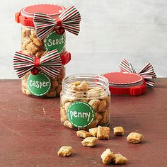 Treat your kitty to these all-natural cat treats for his or her birthday, the holidays, or any time that calls for a celebration. Made with tuna, catnip and shredded cheese, these savory homemade cat cookies are sure to be a hit! Make Dog Food, Homemade Dog Food, Homemade Gifts, Pet Gifts, Food Gifts, Dog Treat Recipes, Dog Food Recipes, Diy Cadeau, Cat Cookies