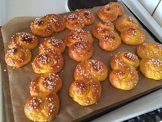 Världens godaste lussebullar - glutenfria | ellenschutz.se Swedish Recipes, Foods With Gluten, Gluten Free Baking, Cookie Desserts, Bread Baking, Healthy Snacks, Sweet Tooth, Paleo, Deserts