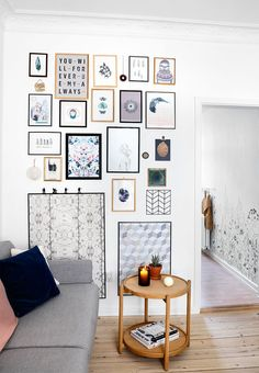 Cool gallery wall with both black and wooden coloured frames! Personalise your gallery wall with your preferred wallpaper in frames, cut out pictures from your favourite magazines or own printed cool sayings.