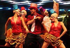 Netinho em 2009 no palco com seu cast feminino de bailarinos na primeira noite de gravação do seu DVD Netinho e a Caixa Mágica em Aracaju/SE. Música Excesso de Amor. Figurinos Valéria Kaveski. Criação e Direção Netinho.