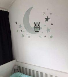 Muursticker babykamer maan met uil en sterren in het mintgroen. Merk Kidzbrand kinderkamer decoraties.