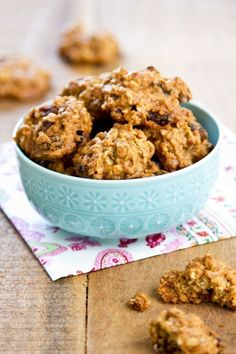 Weight Watchers Oatmeal Raisin Cookies Recipe with Rolled Oats, Cinnamon, Brown Sugar, and Vanilla Extract - 2 WW Points recipes recipes recipes Weight Watcher Desserts, Weight Watcher Cookies, Weight Watchers Meals, Weight Watchers Oatmeal Cookie Recipe, Ww Desserts, Dessert Recipes, Banana Oatmeal Cookies, Chocolate Oatmeal, Vegan Recipes
