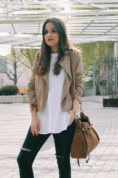 Spring outfit: beige suede jacket, ripped jeans and suede bag. MMore on: www.littleblackcoconut.com #fashion #outfit