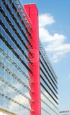 """Als neues technologisches Wahrzeichen feierte die Stadt Chemnitz im Sommer 2008 das Parkhaus """"Roter Turm"""" neben der Rathauspassage. Der Grund: An der Fassade des 10-Millionen-Projektes sorgen Sonnenkollektoren für viel """"grüne Energie"""". Mit Colt International fand die städtische Energiegesellschaft ELICON den richtigen Partner für die Installation der Glasfassade und die Montage der Solarmodule.  http://www.colt-info.de/roter-turm-chemnitz-sonnenschutz-fassadengestaltung-photovoltaik.html"""