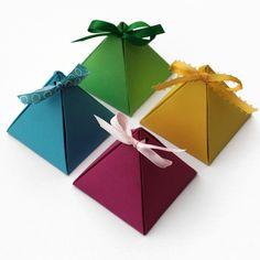 mini-boîtes à cadeaux pyramides en carton plié coloré
