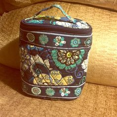 VERA BRADLEY lunch bag NWOT 8-inch Vera Bradley lunch bag-- blue, green beige paisley--never used and insulated! perfect for a lunch on the go!  Vera Bradley Bags Mini Bags