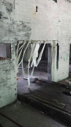 """Geheel ongepland ontstaat het idee voor de """"ghostmachine"""": door de aanwezige luchtstroom, achtergelaten stroken doek en restanten digitalis te verbinden tot een spookachtig geheel"""