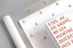 Nous voulions rendre hommage à notre nom, ça tombait très bien. En collaboration avec la fonderie Coppers and Brasses, nous avons créé une typographie originale dont les signes associés deviennent notre symbole. Plus discrète qu'une sirène, aussi visible …