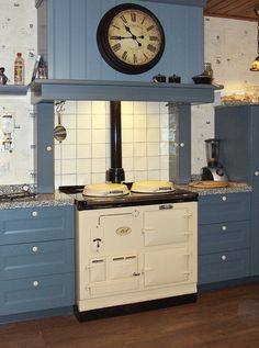 Nostalgische blauwe keuken met AGA fornuis in creme kleur Aga Stove, Stove Oven, Aga Cooker, Cooker Hoods, Aga Surround, Aga Kitchen, Wood Oven, Cottage Kitchens, Kitchen Interior