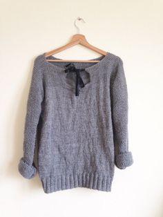 Un pull facile en une partie -DIY Tricot- L'arbre gris Diy Crochet Sweater, Crochet Baby, Knit Crochet, Crochet Slippers, Girls Knitted Dress, Knit Cardigan Pattern, Baby Cardigan, Long Cardigan, Baby Girl Sweaters
