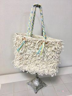 40cmにカットされた綿ロープの束を大量にいただきまして、どうしたものかと悩んだ結果、バッグにすることに。あえて結び目を見せるデザインにしました。予想以上に可愛いバッグになって我ながら達成感がすごいです!綿ロープをくださった方も「こんなになるなんて!」と喜んでいただきました♪