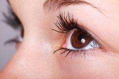Exames nos olhos podem detectar diversos tipos de doenças, não apenas problemas oculares. Saiba mais sobre exames oculares preventivos.