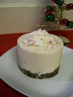 Shelly s Candy Cane Protein Ice Cream Cake proteinicecream Shelly s Candy Cane. Protein Ice Cream, Low Carb Ice Cream, Healthy Ice Cream, Protein Shakes, Frozen Yogurt Pops, Mint Chocolate Chips, Healthy Chocolate, High Protein Recipes, Kuchen