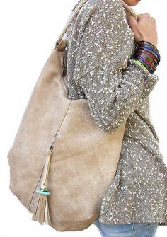 Diese große Leder Tote soll mit einfachen Linien. Es ist feminin und stark. Ein Hobo-Tasche, die eine großzügige Menge Platz für Sie, Ihre täglichen Notwendigkeiten und vieles mehr zu tragen hat. Es hat einen großen äußere Reißverschlusstasche auf der Vorderseite der Tasche und zwei innen. Der äußere Reißverschluss verfügt über ein handgemachtes Leder-Quaste mit einem türkisen Stein. Der Gurt ist Hand geflochtenes Leder. Von mir mit extrem starken und feinen italienischen Leder handgefertigt…