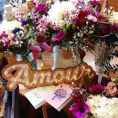 All you need is Love !  Aujourd'hui à l'honneur des créateurs qui travail en couple @leseditionsdupaon et @clem_et_vivien_cosmetiques. Bravo à eux et vive l'Amour ! Les bouquets @lemimosasauvage sont dispo jusqu'à ce soir ❤️. . . #lepuitsdamour #Amour #Love #allyouneedislove #fleurs #bisouschaton #coeurdartichaut #saintvalentin #valentineday #lovers #amoureux #plaisirdoffrir #lavieestbelle #light #love #bordeaux #bordeauxmaville
