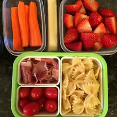 #Teuko lunchbox: carrot sticks, prosciutto, cherry tomatoes, farfalle pasta, cheese stick, strawberries, water. By Jessica, www.teuko.com