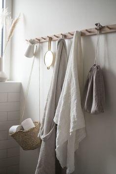 Textilien im Badezimmer. Ein Beitrag von A Pinch of Style - Bath Towel - Ideas of Bath Towel - Textilien im Badezimmer. Ein Beitrag von A Pinch of Style Bathroom Wall Decor, Bathroom Towels, Bathroom Interior, Bedroom Decor, Kitchen Towels, Home Interior, Bathroom Canvas, Mosaic Bathroom, Bathroom Photos
