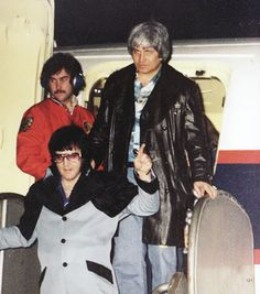 Elvis Presley departing the Lisa Marie and heading to his hotel shortly after midnight February 20, 1977.