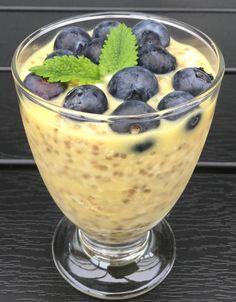 Dag 1:Bland de tørre ingredienser i en skål. Kom appelsinjuice i og rør godt. Læg låg på skålen og stil den i køleskabet natten over.Dag 2:Rør grøden igennem. Pynt med blåbær og citronmelisse. 1 dl havregryn 2 spsk.chiafrø 1 tsk. sukker 1/2 tsk. vanillesukker 1 lille nip salt 2 dl appelsinjuice Pynt: Blåbær og citronmelisse