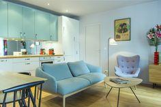 Déclinant une belle variation de bleus et blancs, l'appartement d'Eric, entièrement revu par le décorateur Philippe Carillo, recrée une ambiance vintage avec son mobilier inspiré des années 1950.