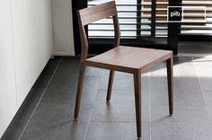 Una silla de nogal Nöten. La madera así se ve vintage con líneas rectas.