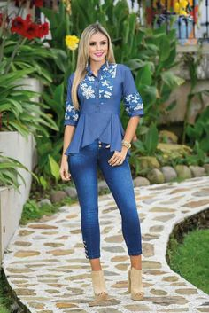blusa indigo Look Fashion, Fashion Pants, Fashion Dresses, Womens Fashion, Elie Saab Fall, Basic Tops, Western Outfits, Fashion Sewing, Everyday Fashion