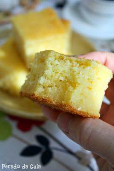 Bolo de Mandioca 1 kg de aipim (mandioca, macaxeira) crua e picada (descasque e pese) 1 lata de leite condensado 1 vidro de leite de coco (200ml) 2 colheres (sopa) de margarina 3 ovos 3 colheres (sopa) bem cheias de açúcar 100g de coco ralado 1 colher (sopa) de fermento em pó