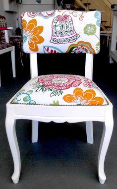 Silla antigua restaurada, laqueado blanco y tapizado floreado