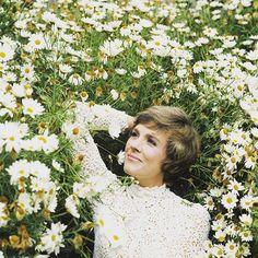 🌼 Nothing is as graceful as Julie Andrews in a field of flowers 🌼 my favorite flower queen . Photo Look, Picture Photo, Twist And Shout, Julie Andrews, Renaissance Dresses, Leopard Spots, Pride And Prejudice, Period Dramas, Actors & Actresses