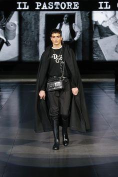 Catwalk Fashion, Fashion Show, Mens Fashion, Mens Cape, 21 Men, Dolce And Gabbana Man, Fall Winter, Menswear, Cloak