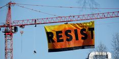 Greenpeace activists hold an anti-Trump protest as they display a banner reading 'Resist' from a construction crane near the White House in Washington, U.S., January 25, 2017. REUTERS/Kevin Lamarque - RTSXBJA