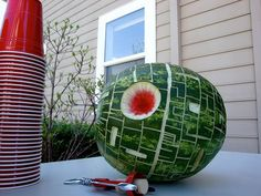 Death Star Watermelon - This link has lots of great Star Wars party ideas. It took me about an hour to make a Death Star watermelon. It was a huge hit at birthday party. Star Trek, Amazing Food Creations, Theme Star Wars, Star Wars Pinata, Star Wars Party Food, Star Wars Party Decorations, Star Wars Food, Fruits Decoration, Fruit Carvings