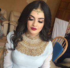 Gorgeous detailing around the neck & chest area cute headpiece Bridal Makeup Looks, Bridal Looks, Wedding Makeup, Indian Bridal Makeup, Asian Bridal, Look 2017, Indian Jewellery Design, Indian Jewelry, Bridal Make Up