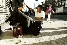 Un hair stylist tunde gratis un om al străzii în New York City.