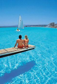 Nager dans la plus grande piscine au monde à San Alfonso del Mar resort au Chili. Une piscine de 20 acres.