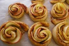 Apple roses - a perfect winter dessert. Baked Apple Roses, Apple Rose Pastry, Apple Rose Tart, Apple Desserts, Apple Recipes, Sweet Recipes, Dessert Recipes, Yummy Recipes, Yummy Food