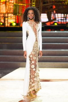 Miss Dominican Republic switched her gown and hair for the finale show and rocked her natural curls. We loved it! Fashion Tv, Fashion Women, Most Beautiful Women, Beautiful Outfits, Miss Universe 2013, Pageant Gowns, Miss Dress, Pageants, Natural Curls