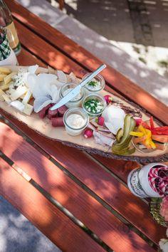 eine einfache Brotzeit kann so etwas fantastisches sein - vor allem für Empfänge oder den Mitternachtssnack...hmmm :)  #brotzeitbrett #sommerfest #bayrischersonntag  Fotografie: http://www.aleksy.de/ www.festefeiern.by