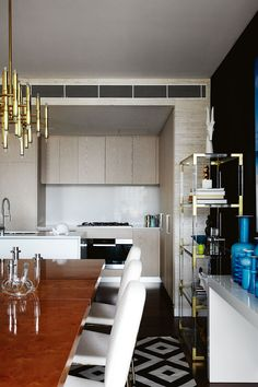 A perfect contemporary kitchen inspiration. The floor has a organic pattern, while the goldens are reigning