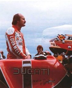 Mike Hailwood on the specially NCR prepared Ducati V-twin won 30 years ago the TT Isle of Man Race 1978 Ducati Pantah, Ducati 916, Moto Ducati, Ducati Cafe Racer, Motorcycle Racers, Old School Motorcycles, Triumph Motorcycles, Cafe Racing, Road Racing