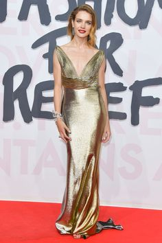 Getty Images 13 May Natalia Vodianova nailed red carpet style in this golden gown. Celebrity Red Carpet, Celebrity Look, Celebrity Dresses, Star Fashion, Fashion News, Fashion Show, Vogue, Red Carpet Looks, Gold Dress