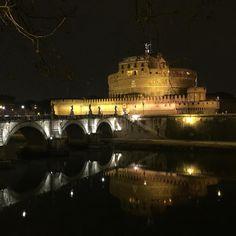 Primo dell'anno mi ritrovo nella mia città davanti l'unico monumento che non mi ha mai fatto impazzire... Eppure mentre lo guardavo ho provato gioia e pace... Anche na cifra freddo! Grazie Roma che sei così bella e complicata. Buon anno a tutti e in bocca al lupo! #heppynewyear #happy #roma #nofilter #italy #italia #italiangirl #newyear #2016 #castelsantangelo #iloverome #instagood #goodluck