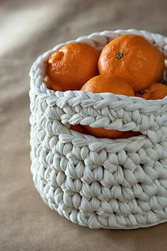 A quick and easy crochet basket... ♥ This super sturdy basket is made with chunky yarn and a 12mm hook...