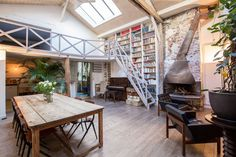 Loft à Paris, France. An ancient industrial building, converted into a loft. A lot of charm for family or friends vacations!      Huge living space with very high ceiling 1 independent family kitchen with all equipment 2 bathrooms 1/2 1 laundry room (washer+dryer) with...