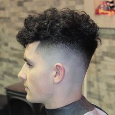 When looking for a trendy new men's hairstyle for the skin fade haircut is your new best friend. Bringing to you [Skin Fade Haircut Insider] Mens Wavy Haircuts, Short Fade Haircut, Textured Haircut, Haircuts For Curly Hair, Hairstyles Haircuts, Male Haircuts, Undercut Curly Hair, Curly Hair Men, Curly Hair Styles