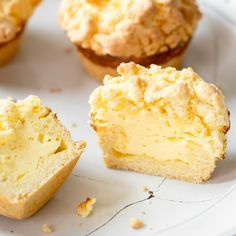 Little soul-flatterers: cheesecake muffins with Kleine Seelenschmeichler: Käsekuchen-Muffins mit Streuseln With creamy curd filling, buttery shortcrust pastry and crispy crumble, the little ones are in no way inferior to their great role model. Food Cakes, Cupcake Cakes, Cheesecake Recipes, Dessert Recipes, Cheesecake Cupcakes, Chocolate Cheesecake, Shortcrust Pastry, Crumble Topping, Strudel Topping
