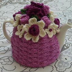 -Crochet Tea Cosy/Pink with Flower Garden Top Knitting Patterns, Crochet Patterns, Crochet Ideas, Knitted Tea Cosies, Mug Cozy, Crochet Kitchen, Little Gifts, Crochet Projects, Tea Pots