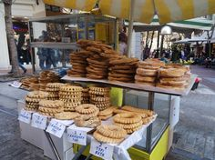 Street food has become very popular these days in Athens. There were always the traditional street food choices like the Greek souvlaki, cheese pies or ko