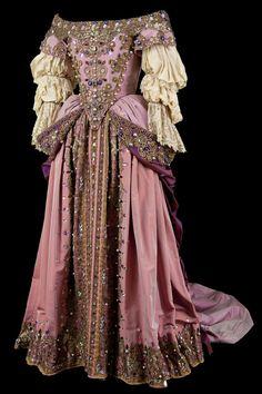 Historical fashion and costume design. Costume Renaissance, Renaissance Fashion, Renaissance Dresses, Victorian Dresses, Italian Renaissance, Vintage Gowns, Vintage Outfits, Vintage Fashion, Baroque Fashion
